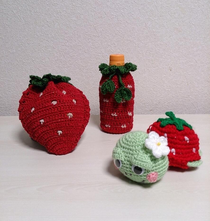 イチゴ祭りや イチゴ巾着袋とペットボトルカバーそしてイチゴホヌさんです #あみもの#あみぐるみ#アミグルミ #かぎ針 ...