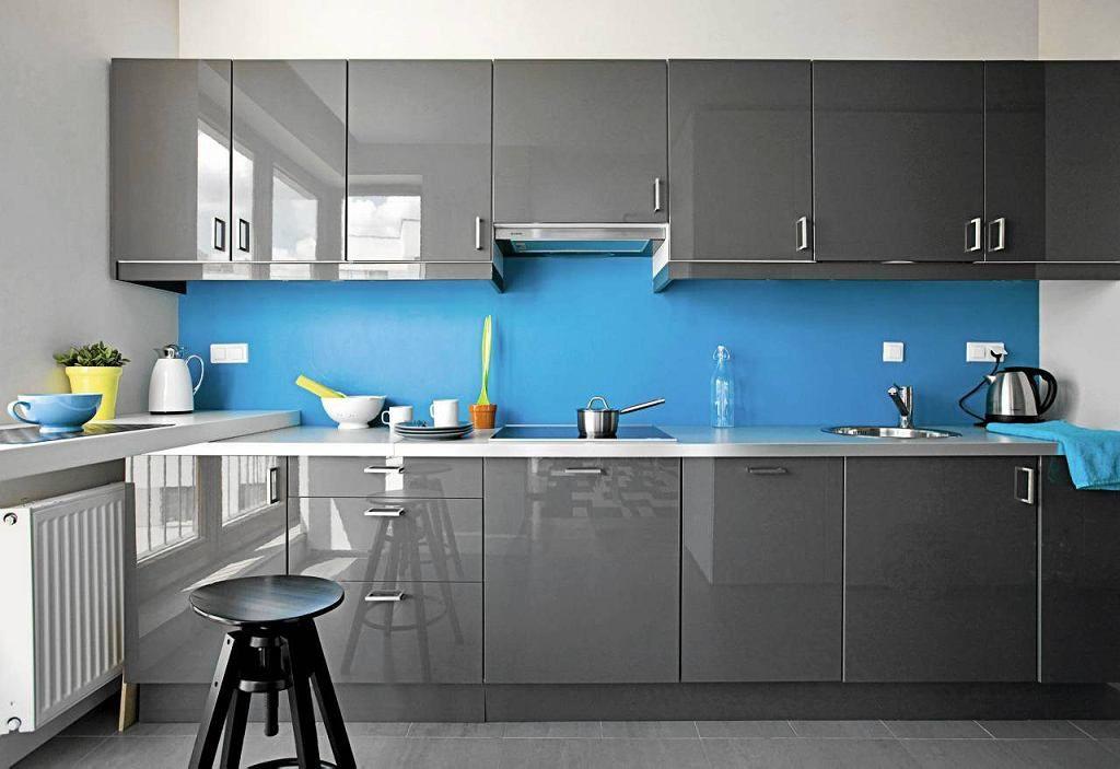 W Wystroju Aneksu Kuchennego Zastosowano Kontrasty Kolorystyczne I Fakturowe Lakierowane Na Wysoki Polysk Fronty Szafek Kuche Home Decor Home Modern Kitchen