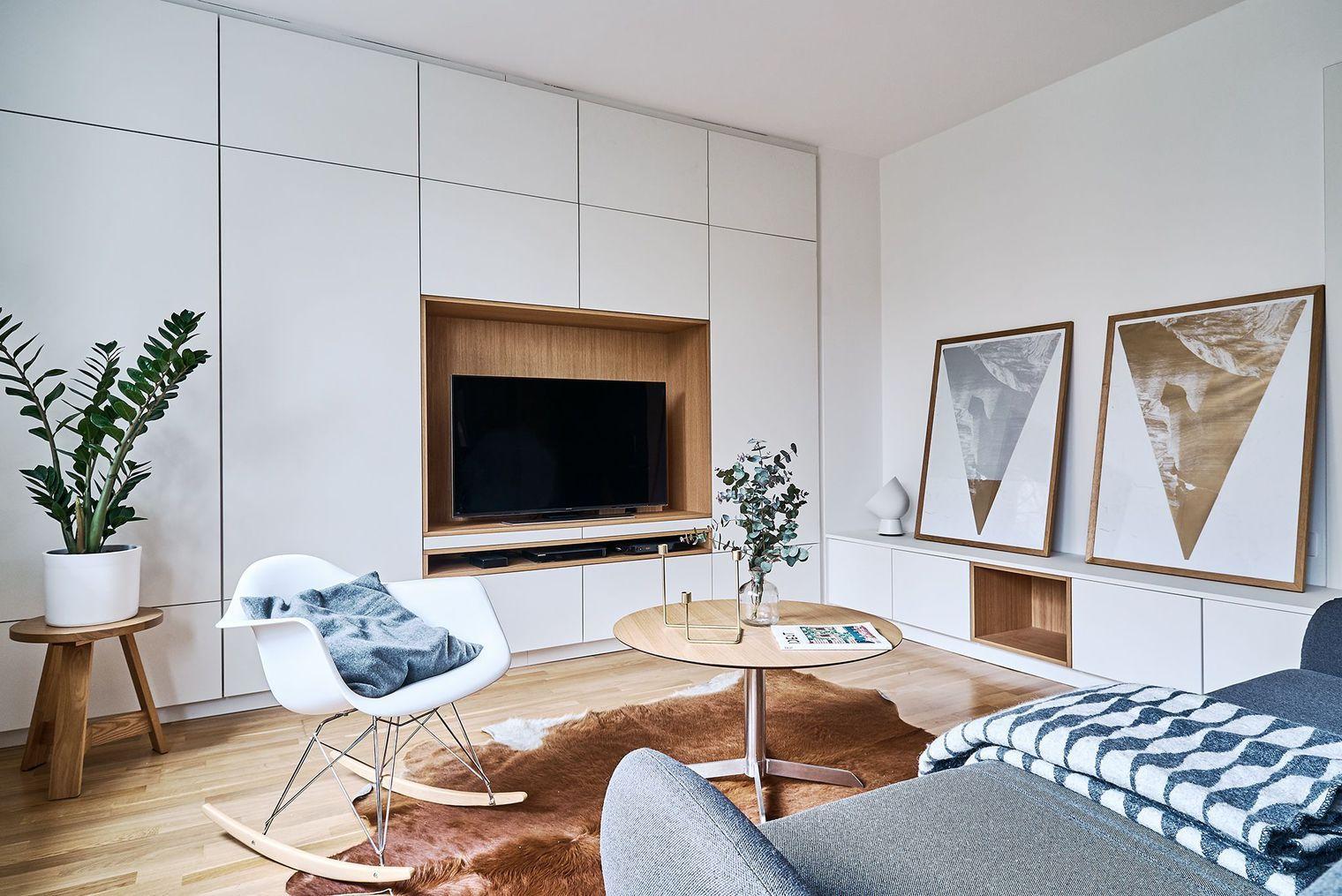 Le Meuble Tv Sur Mesure En Blanc Et Bois S Harmonise Parfaitement  # Meuble Tv Integre Cheminee Avec Rangement