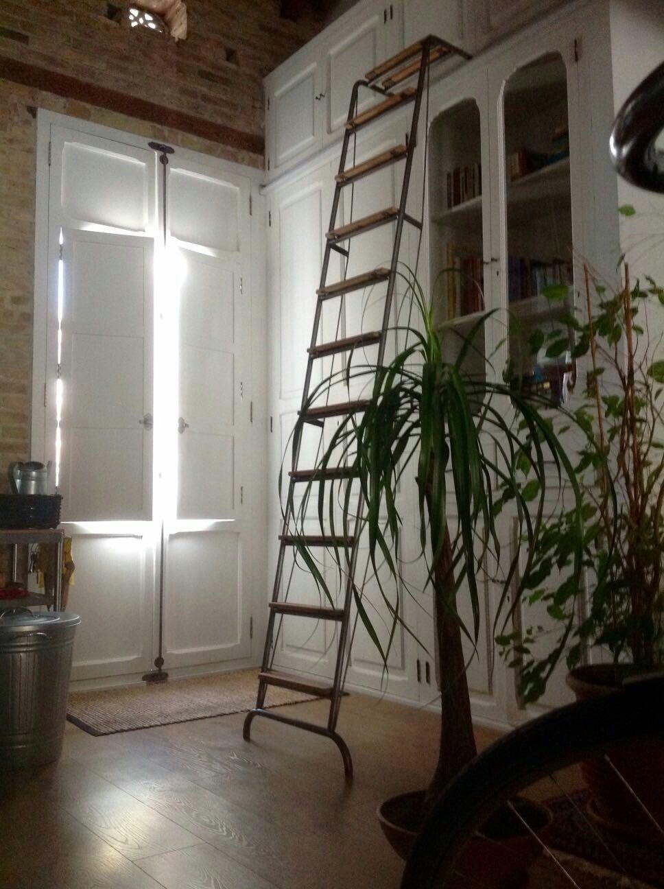 Escalera móvil den hierro y madera de haya, con largueros de apoyo ...