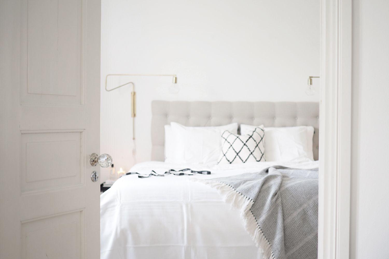 Kuvia raikkaan valkoisesta makuuhuoneesta - katso postauksesta sisustuskuvat ja lue lisää blogista Etu-Töölössä sijaitsevasta asunnosta: http://www.idealista.fi/charandthecity/2016/08/30/suuri-makuuhuone-postaus/