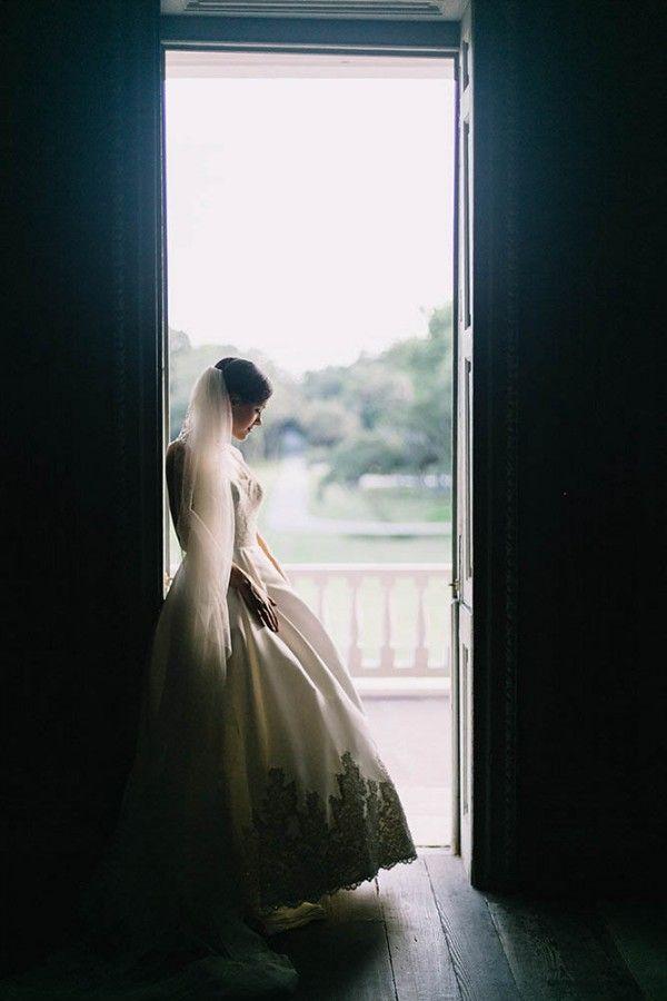 Elegant Southern Bridal Portraits at Drayton Hall #bridalportraitposes