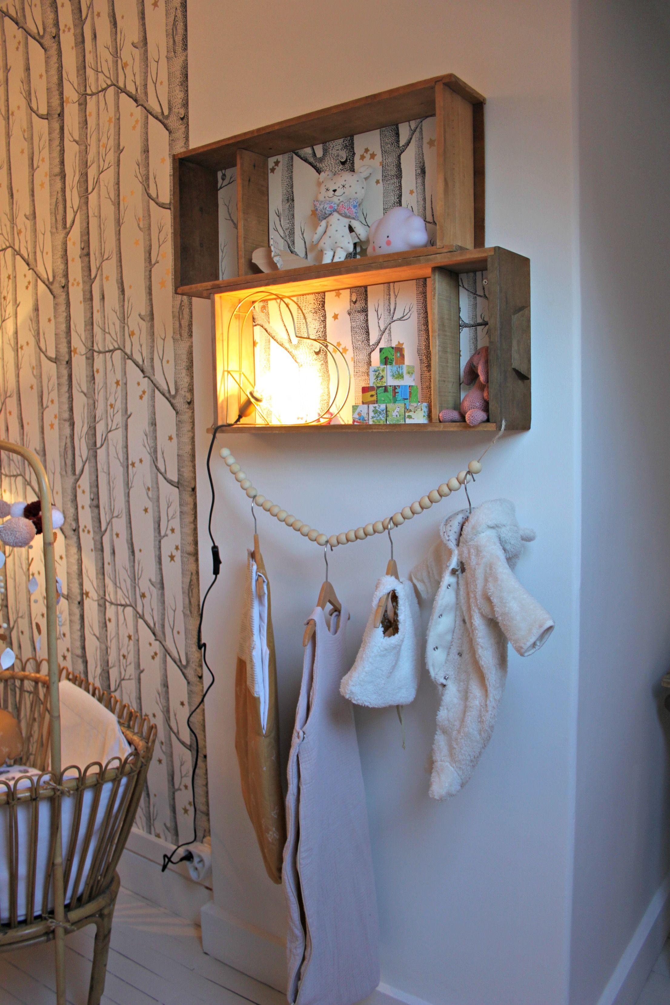 chambre bébé papier peint Cole & Son berceau rotin étag¨re récup