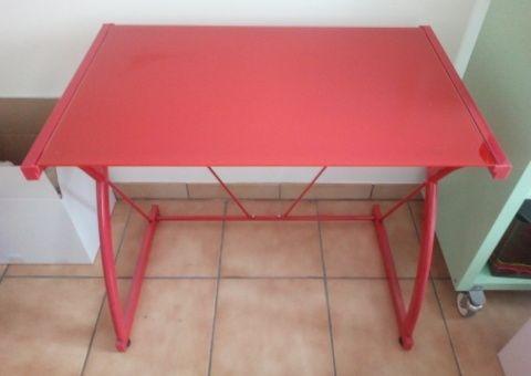 Donne bureau en métal rouge avec dessus verre tous les dons en