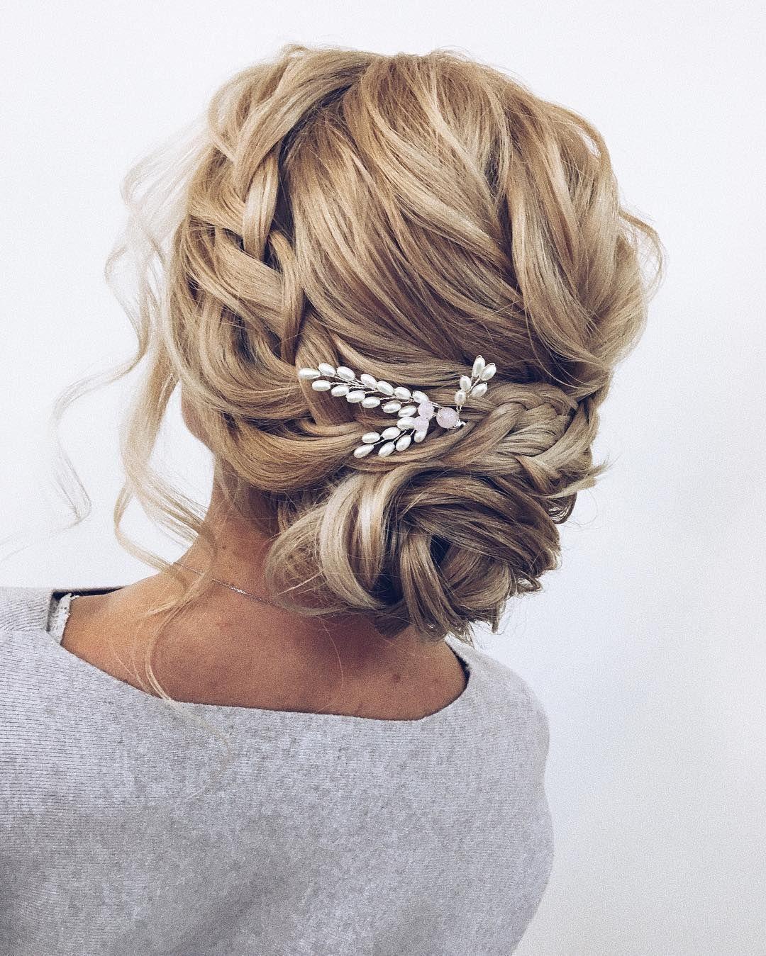 100 wunderschöne Hochzeit Haare von der Zeremonie bis zum Empfang - Fabmood | Hochzeitsfarben, Hochzeitsthemen, Hochzeitsfarbpaletten -  Hochsteckfrisur geflochten Hochsteckfrisur, gefegt zurück Brautfrisur, Hochsteckfrisuren, Hochzeit - #beautifulhairstylesforwedding #bis #der #diyhairstyleslong #diyweddinghairstyles #empfang #fabmood #haare #hairstylesweddingguest #hochzeit #hochzeitsfarben #Hochzeitsfarbpaletten #hochzeitsthemen #von #wunderschone #zeremonie #zum #weddinghairstylesupdo