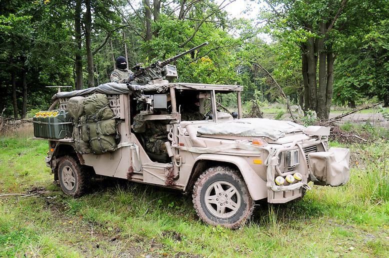 Den Namen leiht sich der extra für den Wüsten-Einsatz entwickelte Gefechts- und Aufklärungsjeep von einer Wildkatzenart aus Afrika: Technisch gesehen ist der Serval eine Weiterentwicklung des Wolfs. Gebaut wird der Spezialwagen allerdings bei Rheinmetall.