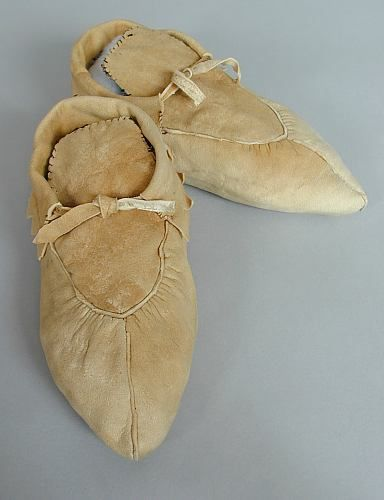 ojibwe moccasins | An old pair of men's