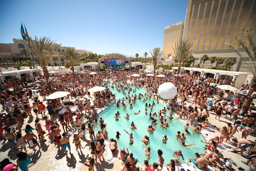 A Summer Guide To The Hottest Vegas Pools Vegas Vacation Vegas