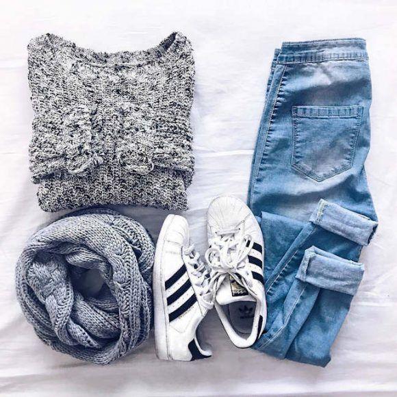 Tenue casual avec des Adidas Superstar, un pull noir mouliné, un snood gris et un jean boyfriend >> ...
