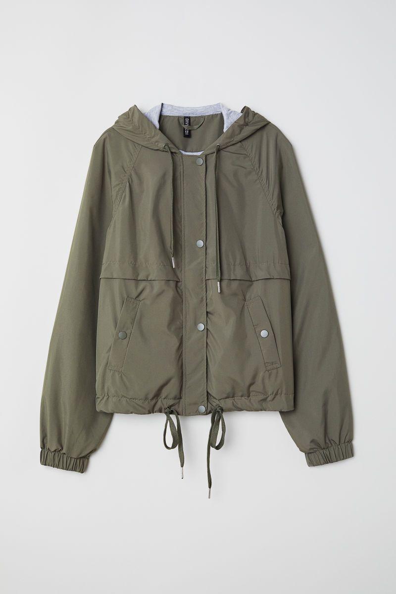 56ade8389ec11 Verde. Chaqueta corta de tela con capucha forrada en punto con cordón de  ajuste