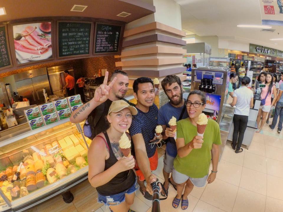 Disfrutando de unos helados con Norman, nuestro amfitrión en Cebu