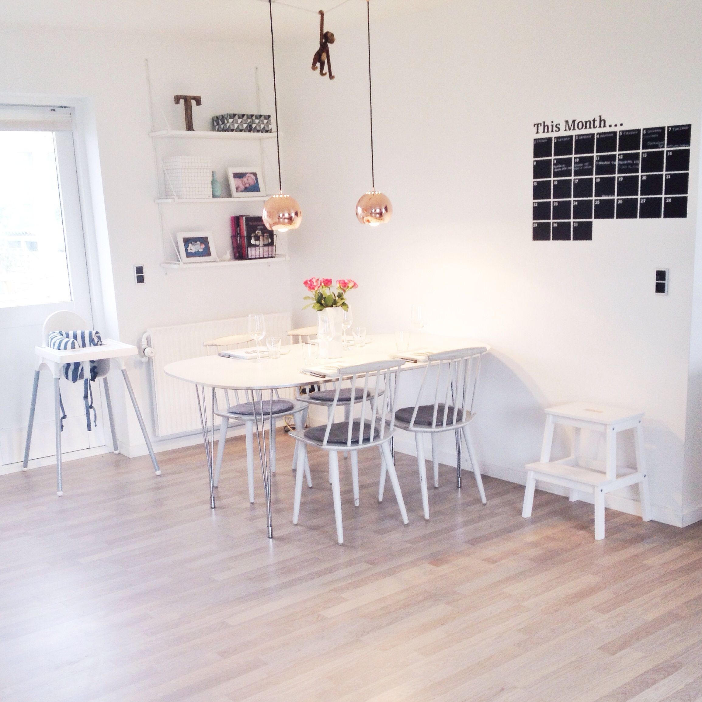 Livingroom. Spisestue. FDB stole. Frandsen Ball kobber lamper. Wall ...