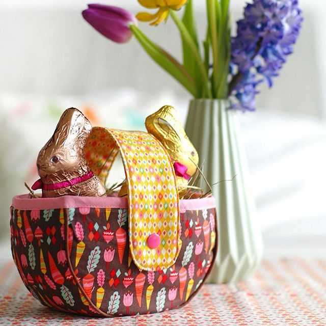 Guten Morgen, ich zeige Euch mal noch mein kleines Osterkörbchen, dass ich aus den #vintagekitchen-Stoffen von Andrea @jolijou genäht habe. Wenn Ihr Euch noch ein bisschen geduldet, könnt Ihr es bald nachnähen. Die Anleitung ist in Arbeit ✂️ Good morning, everyone! Today i show you my #vintagekitchen Easter basket. I'm working on a pattern for you. Stay tuned! ✂️#VintageKitchenFabric #rileyblakedesigns #ilovesewing #jolijou #easterbasket #jolijoufabric #nähenisttoll #nähdichglücklich
