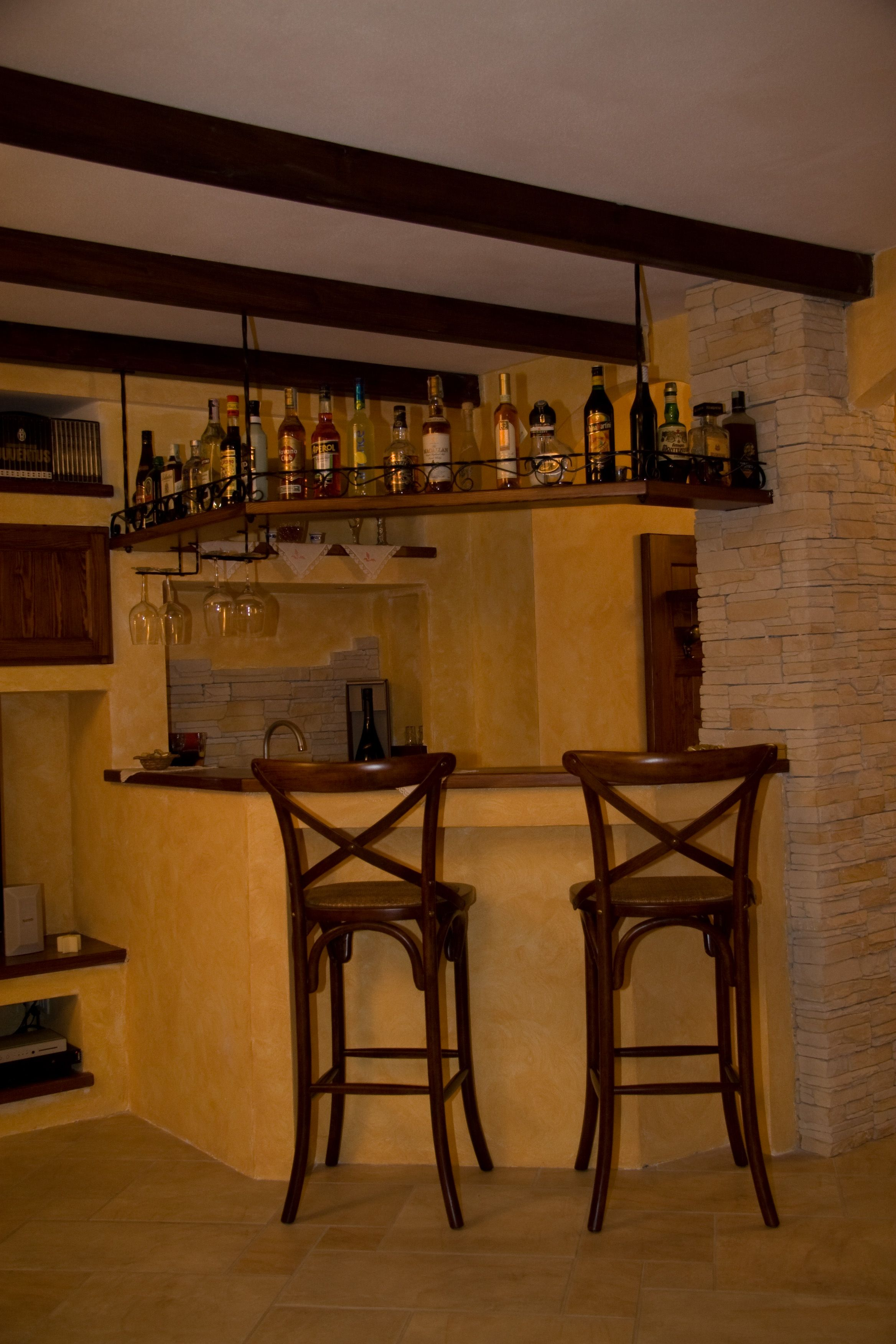 angolo bar in muratura e legno mensola portabottiglie in
