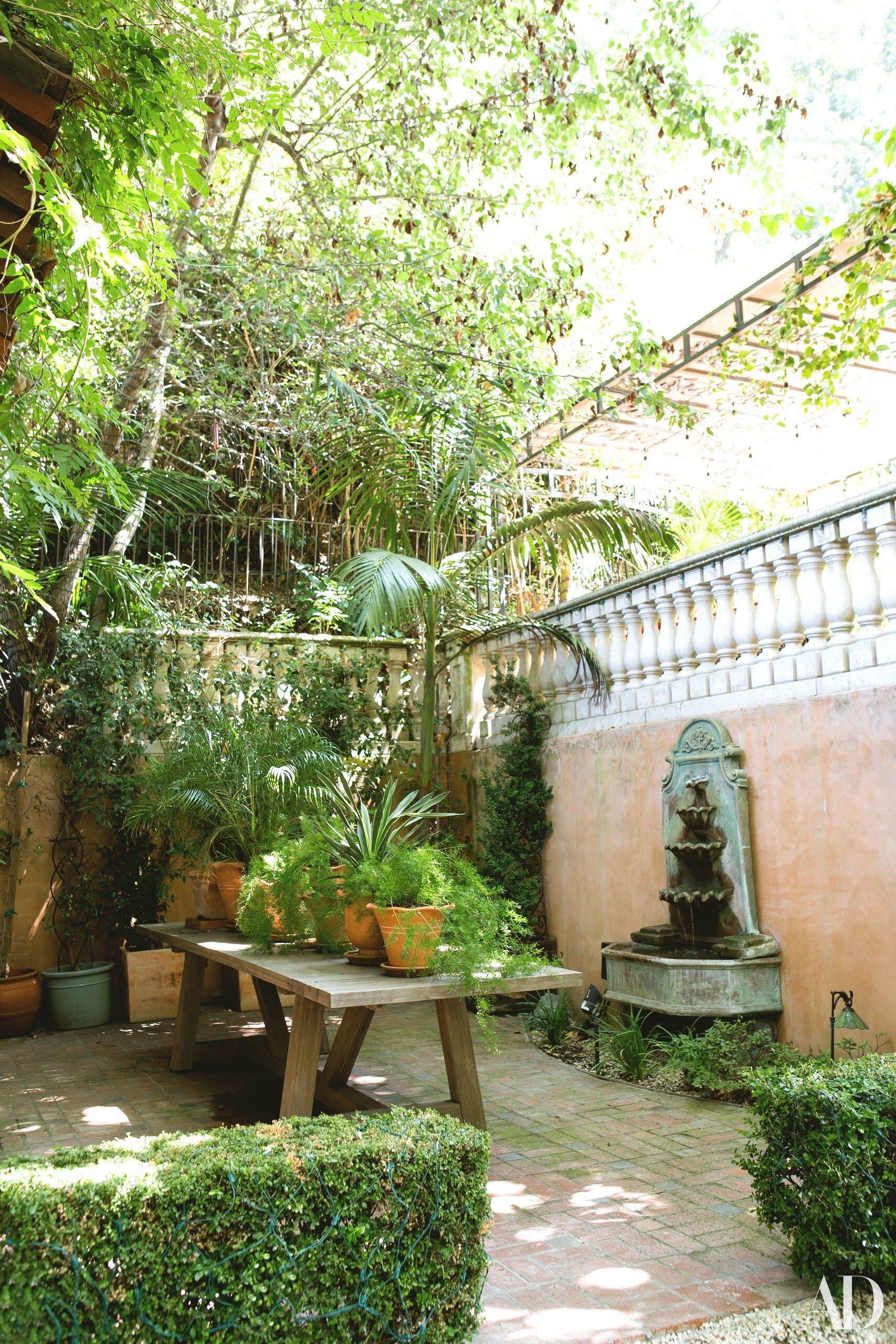 Tour Kunal Nayyar And Neha Kapur S Los Angeles Home Front Yard  # Daquino Muebles