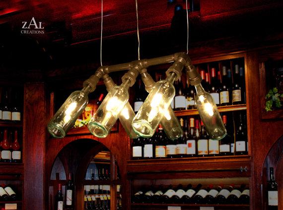 Lampada a sospensione bottiglie di vino.    Composto da sei bottiglie di vetro chiaro di vino da 750ml e 3/4 zincato rubinetteria.    Approssimare