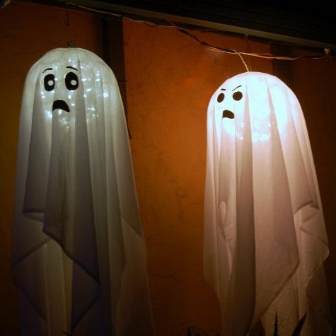Carl Boro\u0027s super easy ghosts Just drape a sparkleball, add a face - cute easy halloween decorations