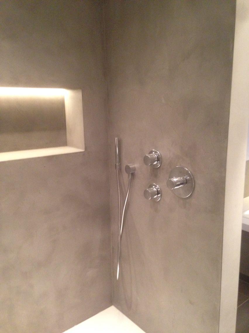 Micro-cement aangebracht in badkamer; een naadloze, waterdichte ...