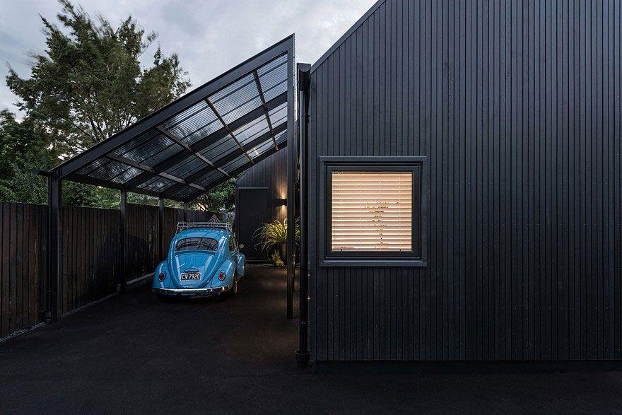 Chalet urbain avec toiture et bardage noir conçu par CoLab ...