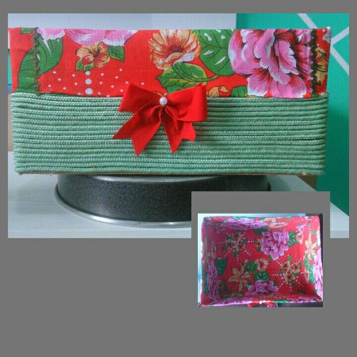 Caixa de papelão revestida em chita e corda de seda.  Essa vou usar para colocar toalhas no meu banheiro.  😉