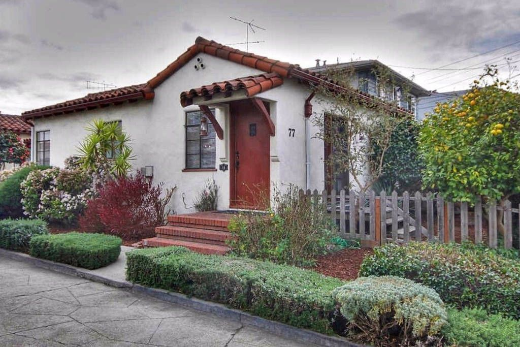 House In San Leandro United States Reminiscent Of The Bungalow Courts In Southern California This Uniq Spanish Style Homes Mediterranean Homes Spanish Style