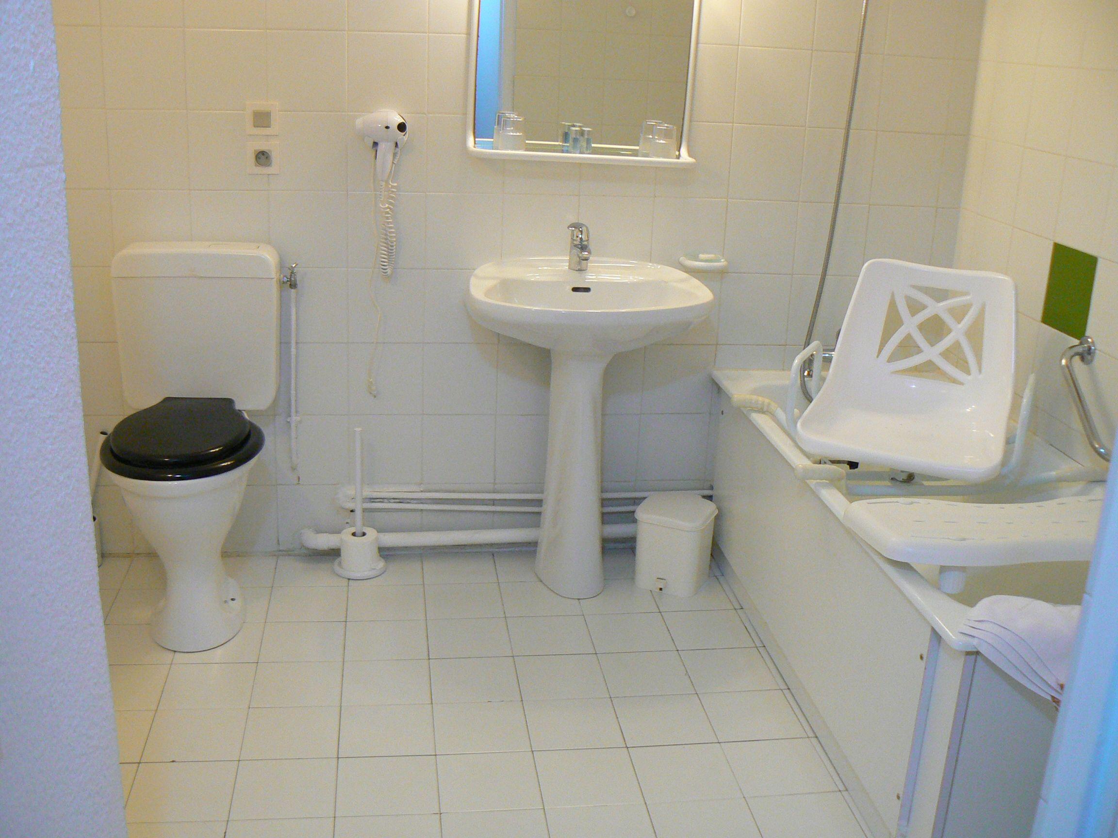 Salle de bain avec équipement pour les personnes à mobilité ... - Equipement Salle De Bain