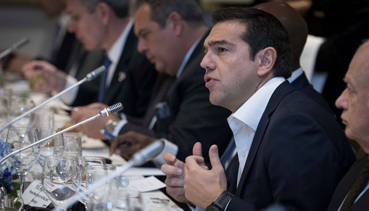 PM Tsipras has working dinner with business people in