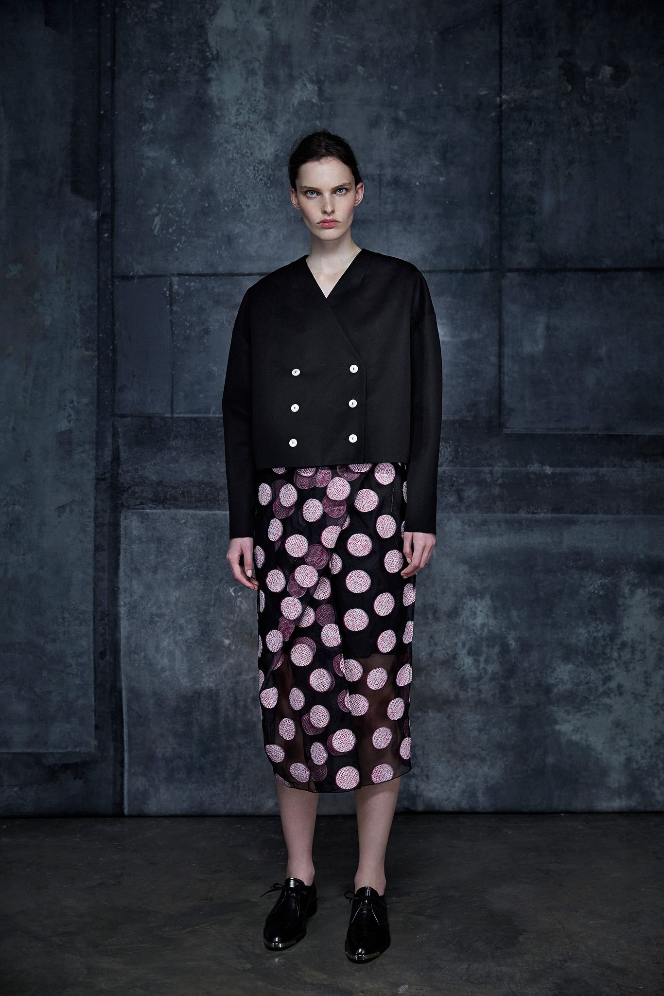 Ter et Bantine | Resort 2015 | 24 Black cropped jacket and black/pink dotted midi skirt