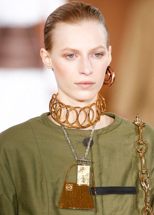 le choker, la créole unique ou le collier sac de Loewe