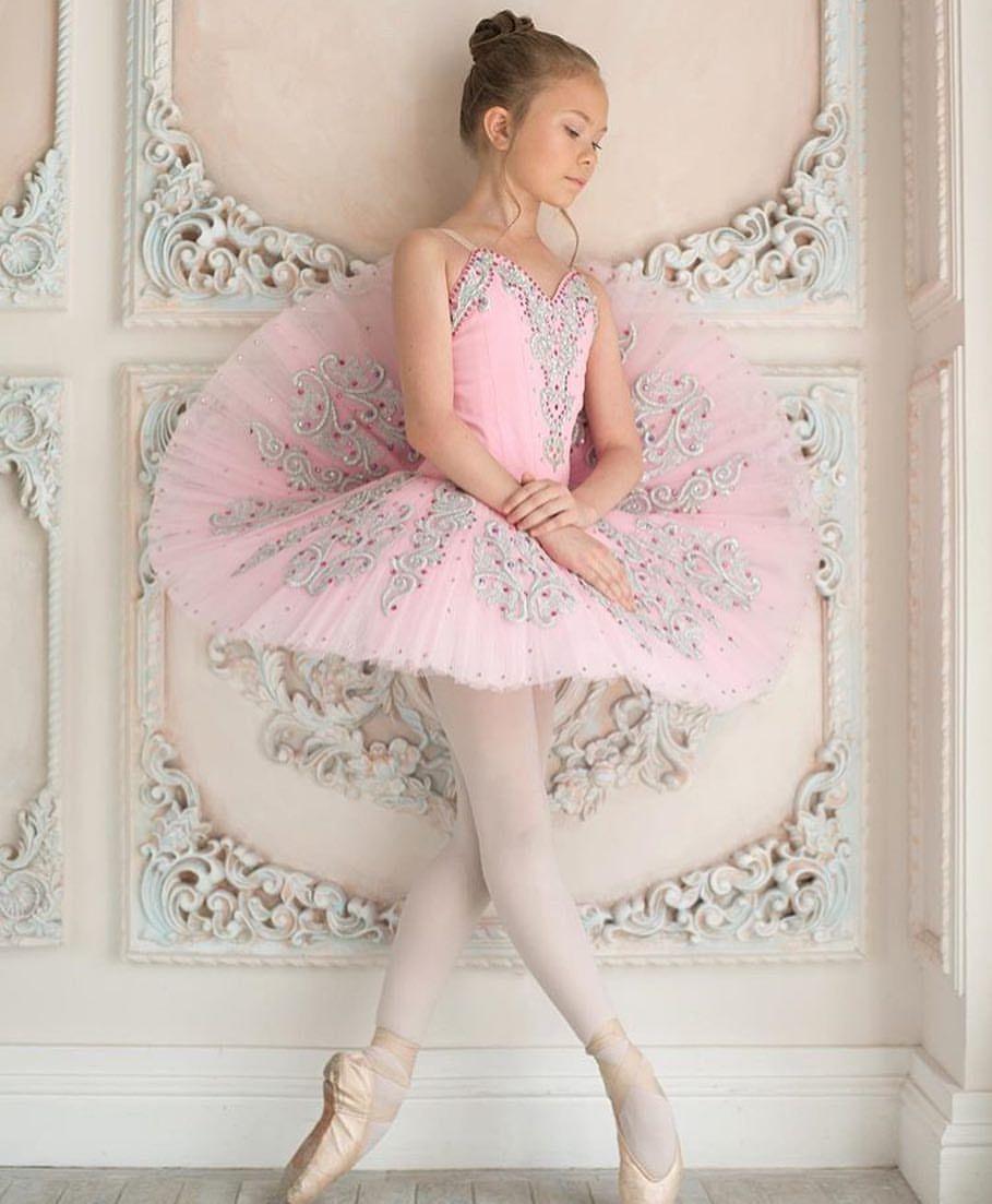 Such a young ballerina en pointe | Ballet in 2019 ...