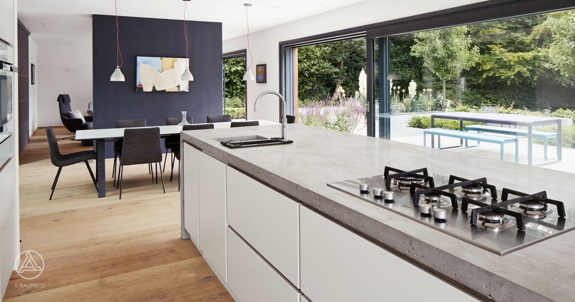 Offen realisierter Wohn-, Ess-, und Kochbereich - Baufritz - kuche wohnzimmer offen modern