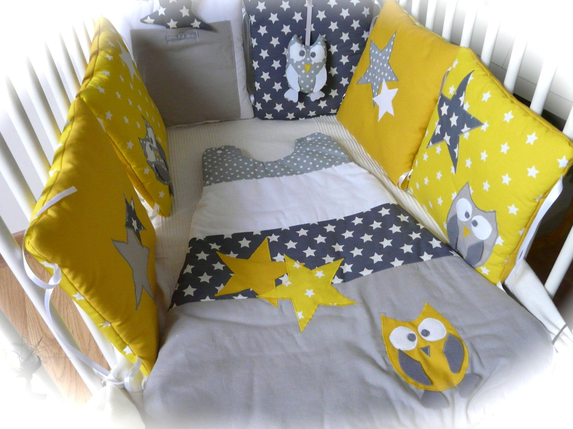 tour de lit chouettes et toiles jaune et gris b b. Black Bedroom Furniture Sets. Home Design Ideas