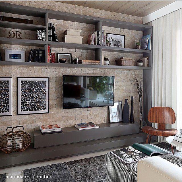 Home theater, destaque para a mistura do tijolinho com laca fosca cinza. Sala de Tv com Painel