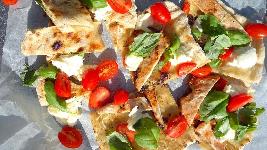 Herkullinen pizza valmistuu grillissä Risto Mikkolan reseptillä.