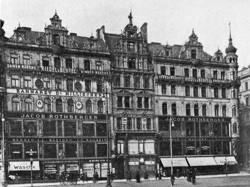 Der Kleiderpalast, Warenhaus Rothberger am Stephansplatz 10/11, etwa 1894. Die beiden Gebäudeteile waren intern miteinander verbunden. Das neue Haus entsprach mit seiner elektrischen Beleuchtung, dem hydraulischen Aufzug und der Dampf-Zentralheizung modernsten technischen Standards.