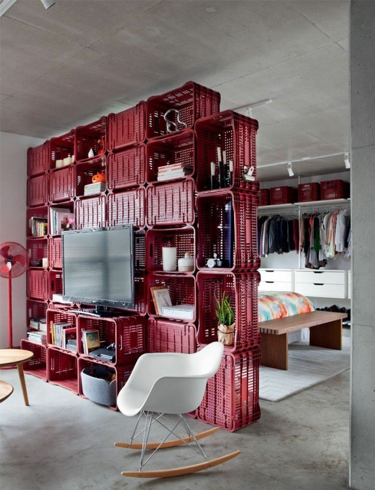 astuce rangement et s parateur de pi ce en caisses rouges. Black Bedroom Furniture Sets. Home Design Ideas