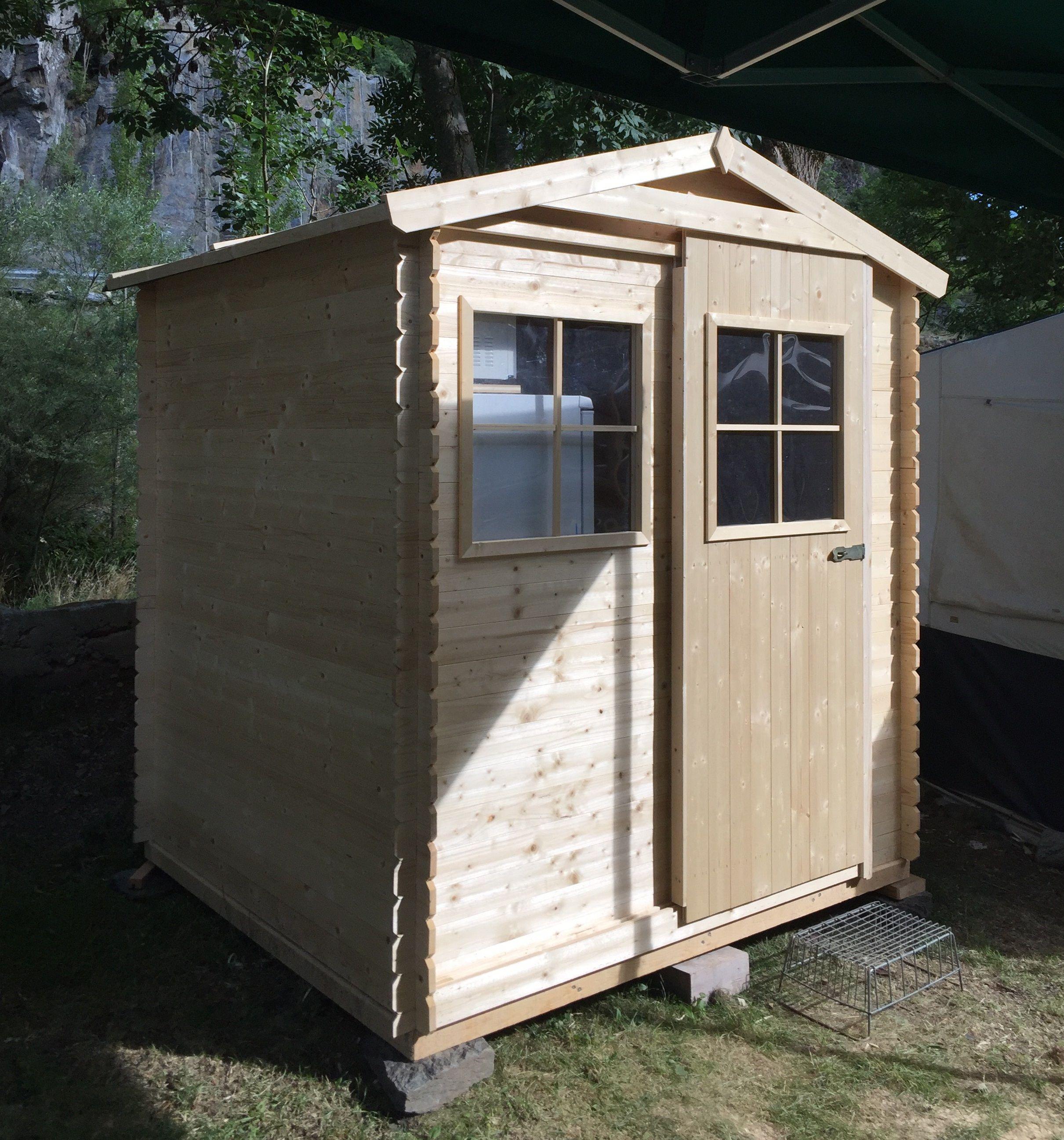 Caseta de madera con puerta corredera ideal para utilizar for Casetas para terrazas