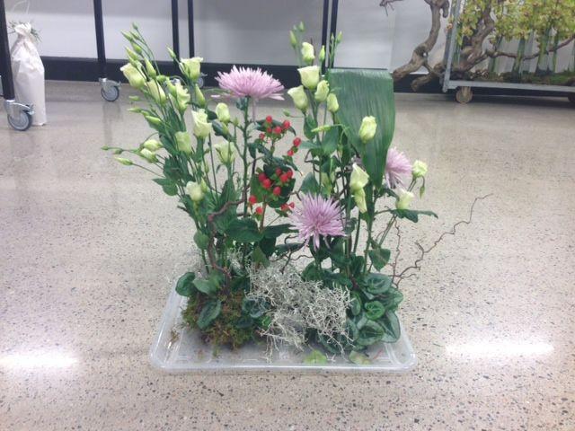 """Vegetativ båredekorasjon. Den er vegetativ fordi den er asymmetrisk og """"naturlig"""", jeg har også prøvd å velge blomster som vokser i samme del av verden. Det jeg syns er bra: føler jeg har fått til den vegetative stilformen og asymmetrien. Hva jeg kunne gjort bedre: Tenkt mer asymmetri med en gang jeg startet og laget mindre tydelig framside og bakside."""