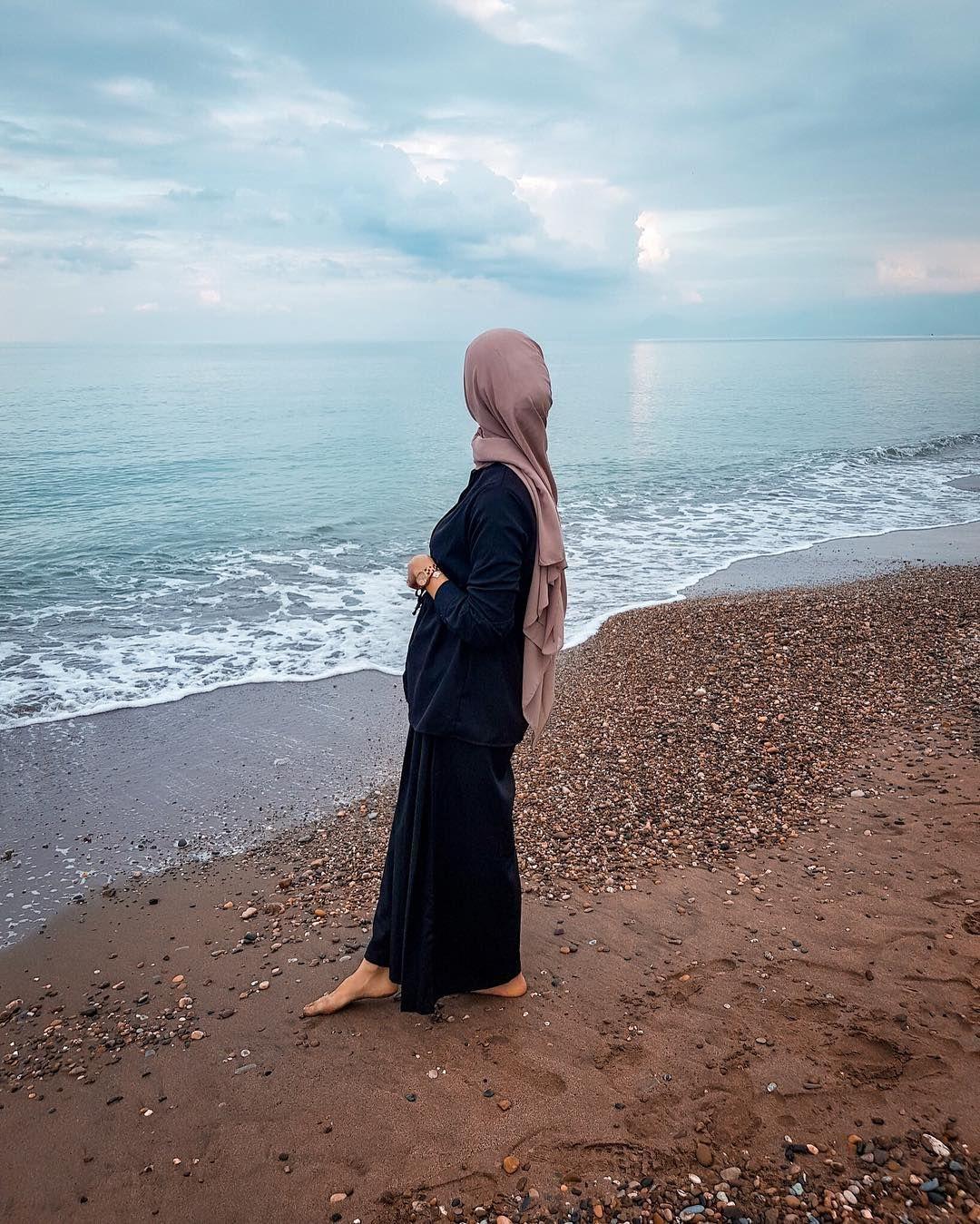 L Image Contient Peut Etre Une Personne Ou Plus Ocean Plage Ciel Plein Air Eau Et Nature Pakaian Pantai Potret Diri Fotografi