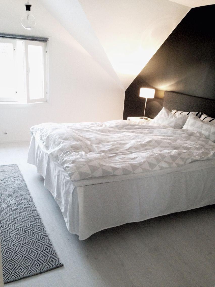 Sovrum Svart fondvägg och ljust golv Vårt hem Pinterest Svart, Sovrum och För hemmet