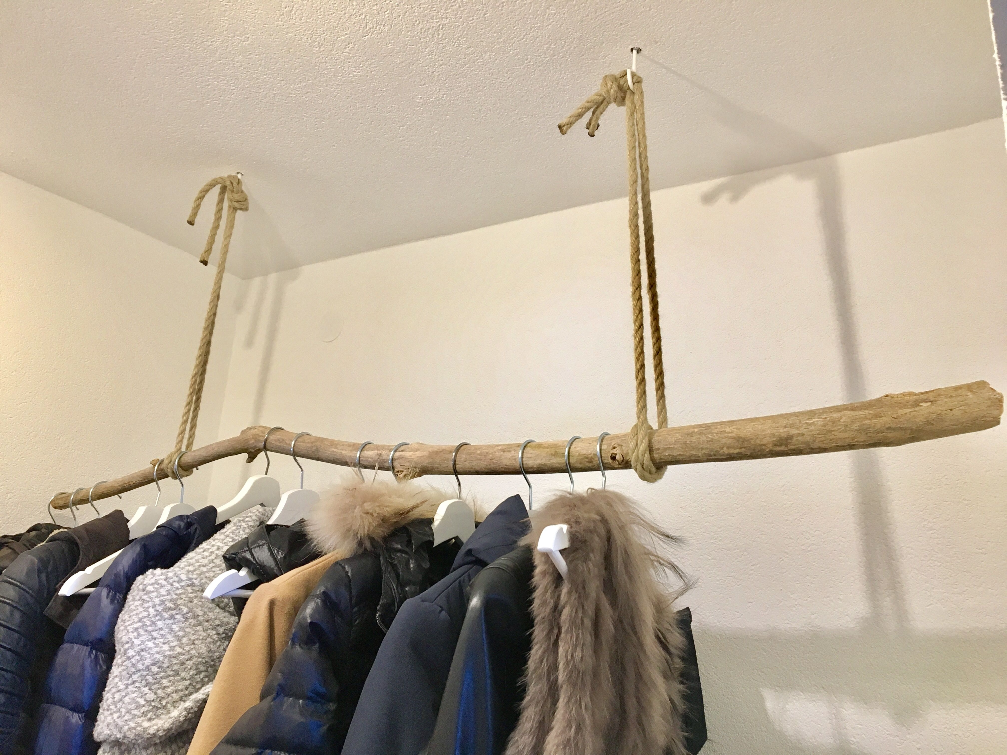 homemade wardrobe with branch selbstgemachte garderobe mit einem ast garderobe pallet sofa. Black Bedroom Furniture Sets. Home Design Ideas