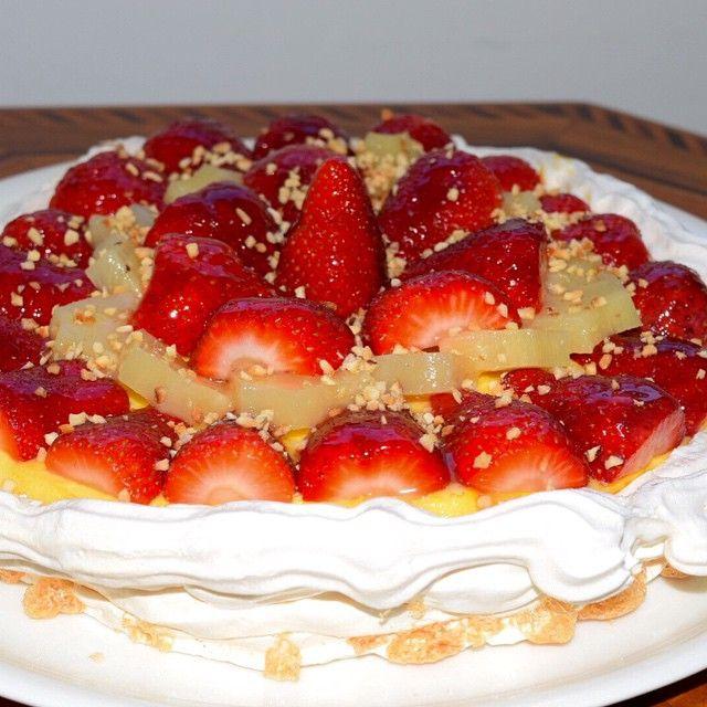 Pavlova alla crema chantilly e fragoloni di Terracina