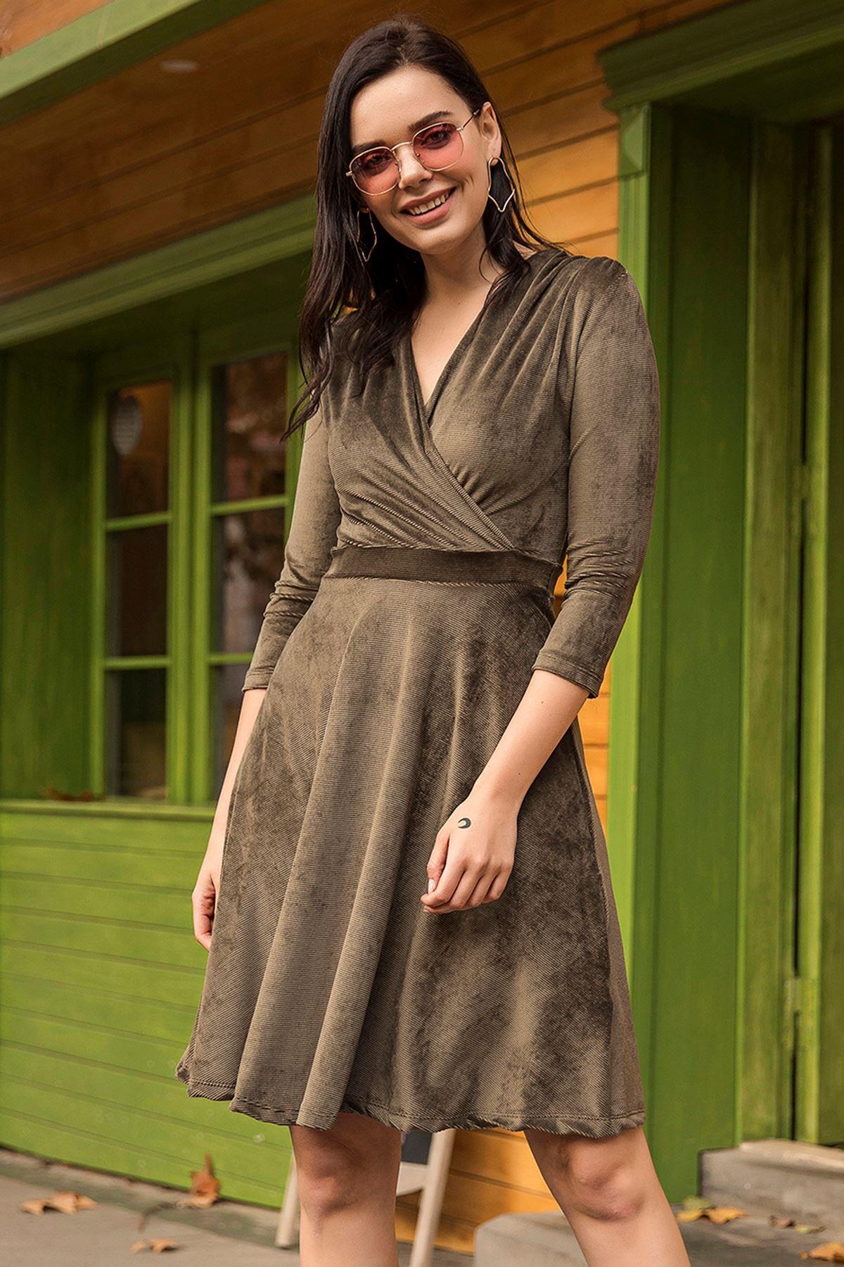 فستان مخمل ياقة V لون زيتي