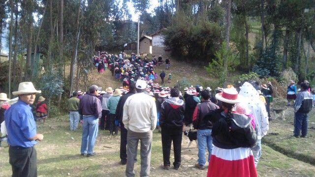 Habitantes de Huaripata, acompañando un entierro.