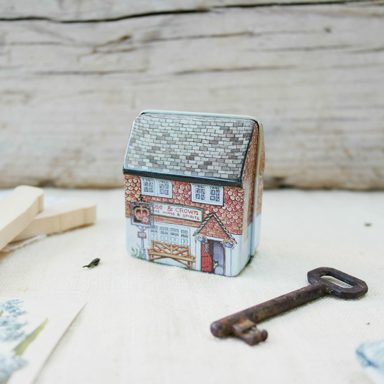 Scatolina in latta a forma di casetta in stile cottage inglese decorata su tutti i lati?I am excessively fond of a cottage