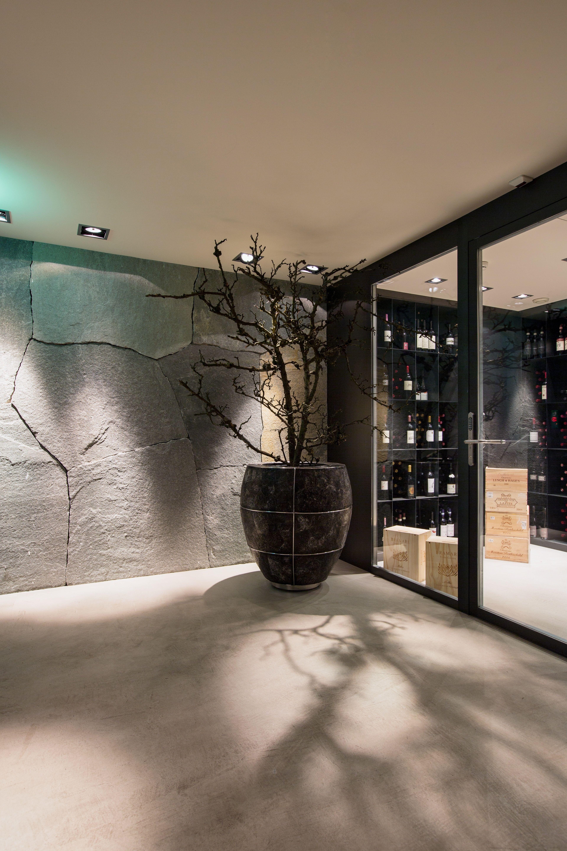 die wandverkleidung im vorraum zum weinkeller ist mit brochrohen, Innenarchitektur ideen