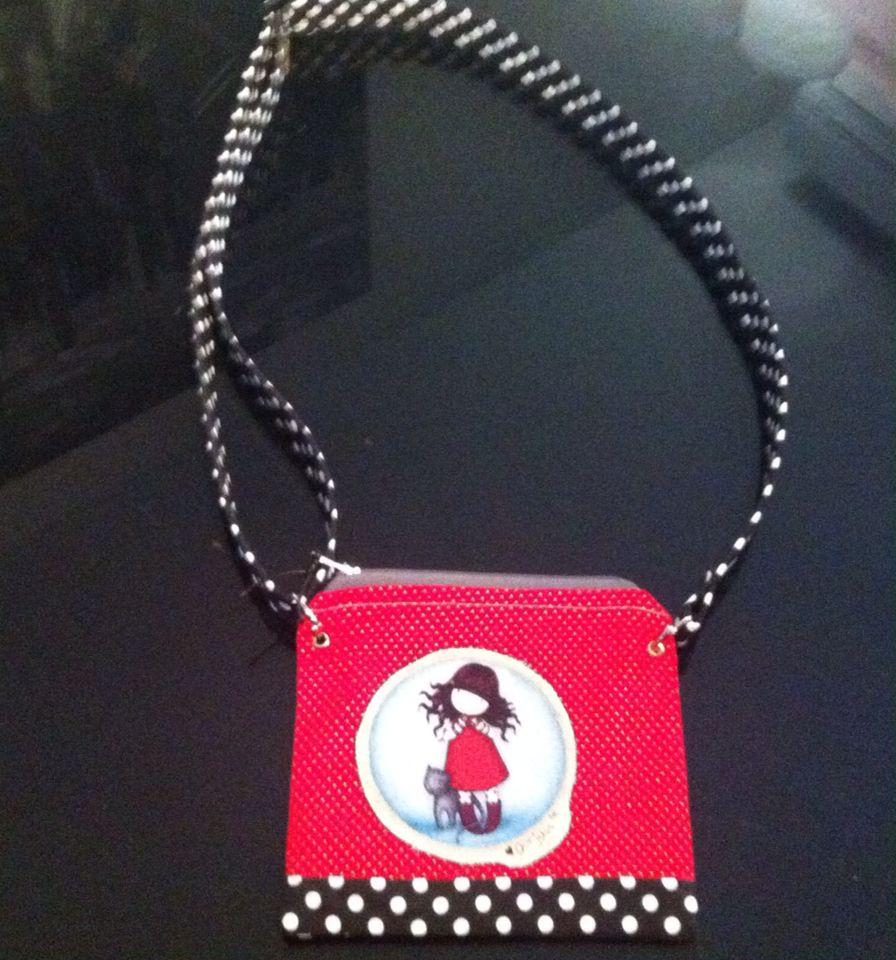 Bolso pequeño con muñeca Gorjuss, con cinta regulable.