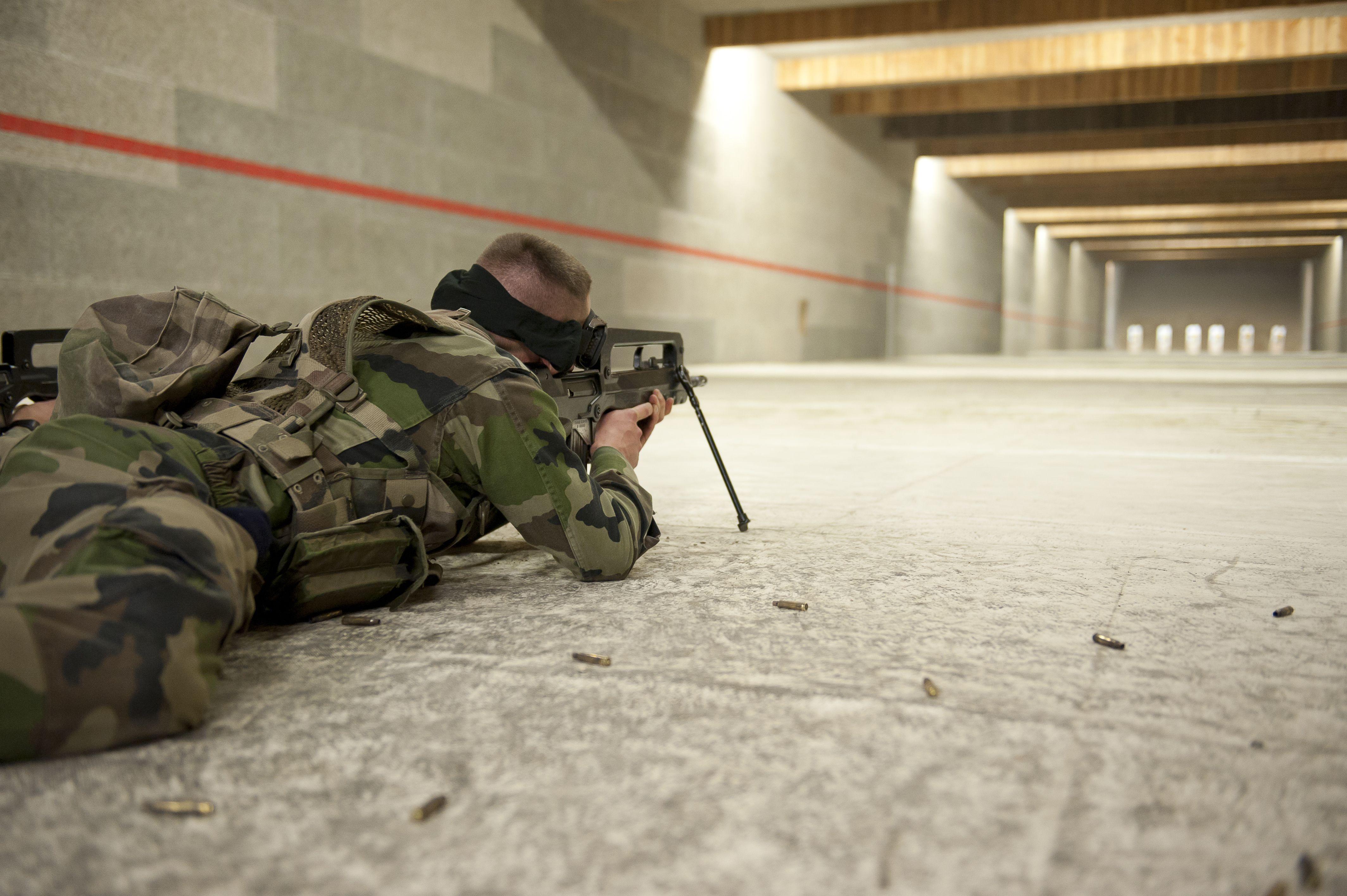 Les Soldats A L Entrainement Au Tir Famas A 200 M En Stand De Tir Couvert C Armee De Terre Armee De Terre Armee De Terre Francaise Armee Francaise