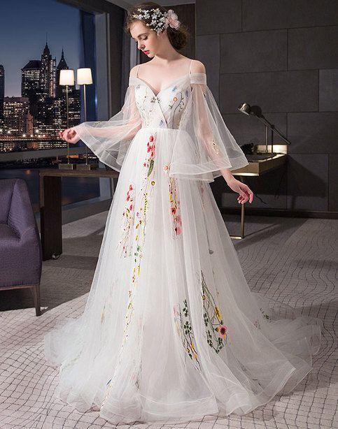 Langes Ballkleid mit weißer Tüllapplikation, weißes Abendkleid von einem Mädchen   – Things to Wear