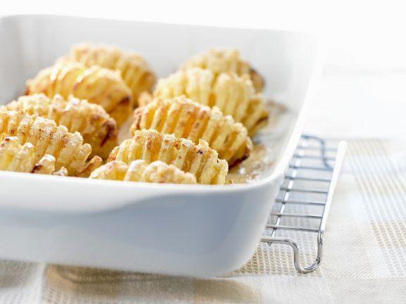 Gebackene Fächerkartoffeln ist ein Rezept mit frischen Zutaten aus der Kategorie Wurzelgemüse. Probieren Sie dieses und weitere Rezepte von EAT SMARTER!